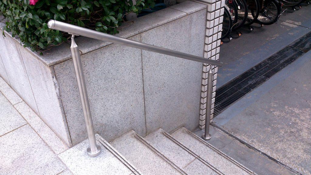 エントランスのスロープ製作と共用部の手摺取付